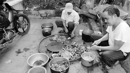 slaughtering: Hai Duong, Vietnam, novembre 20: gli uomini asiatici macellazione cane a cucinare il 20 novembre 2013 Hai Duong, Vietnam.