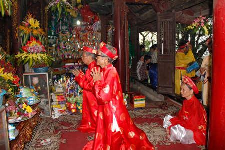attended: De Hai Duong, Vietnam, agosto, 26: personas asistieron a fiesta tradicional en agosto 26, 2014 en Hai Duong, Vietnam.