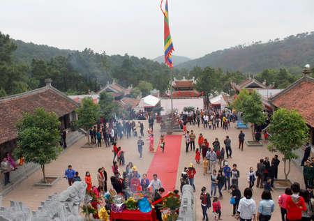 attended: Hai Duong, Vietnam, agosto, 26: personas asistieron tradicional festival en agosto 26, 2014 en Hai Duong, Vietnam.