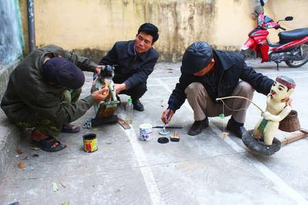 HAI DUONG, VIETNAM, JANUARY, 2: artisans make water puppetry in Vietnam on January, 2, 2015 in Hai Duong, Vietnam Stockfoto