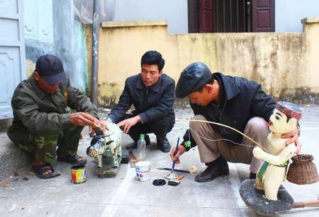 puppetry: Hai Duong, Vietnam, enero, 2: artesanos hacer marionetas de agua en Vietnam en enero 2, 2015 en Hai Duong, Vietnam
