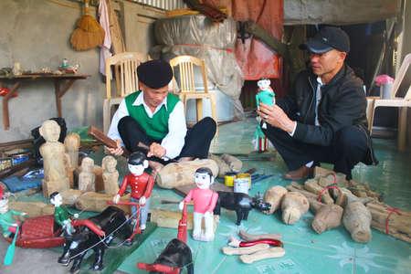 puppetry: Hai Duong, Vietnam, diciembre, 31: artesanos hacer marionetas de agua en Vietnam en diciembre, 31, 2014 en Hai Duong, Vietnam Editorial