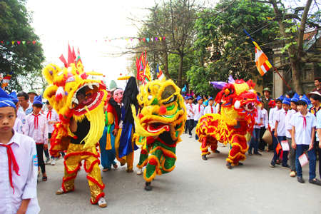 Haiduong, Vietnam, March 31, 2015: group of people lion dance on the streets Redactioneel