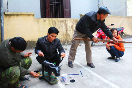 HAI DUONG, VIETNAM, JANUARY, 2: artisans make water puppetry in Vietnam on January, 2, 2015 in Hai Duong, Vietnam Redactioneel