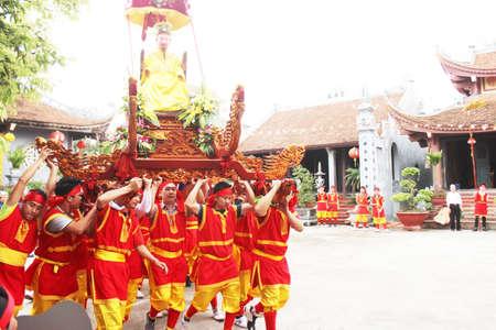 traditional festivals: Haiduong, Vietnam, marzo 31, 2015: grupo de personas que asisten a las fiestas tradicionales