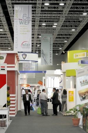 comercio: KUALA LUMPUR, Malasia - MEI 18: Fila de stand de exposici�n espera visitante internacional y de los inversores durante el VI Mundial Isl�mica Economic Forum (WIEF) Mei 18, 2010 en Kuala Lumpur Malasia.