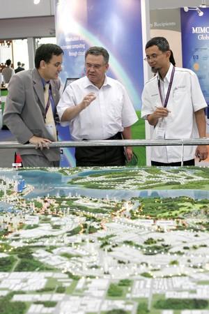 KUALA LUMPUR, MALAYSIA - MEI 18 : Investor of the Iskandar Malaysia in depth discussion during the 6th World Islamic Economic Forum (WIEF) Mei 18, 2010 in Kuala Lumpur Malaysia.