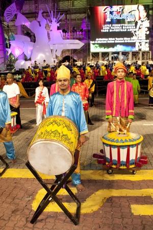 kelet ázsiai kultúra: KUALA LUMPUR, MALAYSIA - MEI 21 : Participant is preparing to perform during the rehearsal of Colours of Malaysia Festival Mei 21, 2010 in Kuala Lumpur Malaysia. Sajtókép