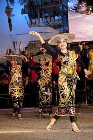kelet ázsiai kultúra: Kuala Lumpur, Malajzia - MEI 21: Résztvevő ellátó tánc közben próbáján Színek Malajzia Fesztivál Mei 21, 2010-ban Kuala Lumpur Malajzia.