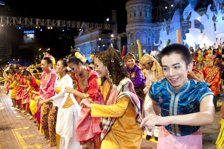 伝統: クアラルンプール, マレーシア - メイ 21: クアラルンプール マレーシア 2010年色のマレーシア祭メイ 21、リハーサル中にカラフルな衣装とダンサーが 報道画像