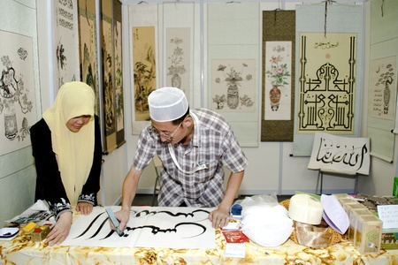 KUALA LUMPUR - NOVEMBER 30 : Ishaq Qin from China showcasing an arabic calligraphy during Malaysian Agriculture, Horticulture and Agrotourism Show (MAHA) on November 30, 2010 in Kuala Lumpur, Malaysia.