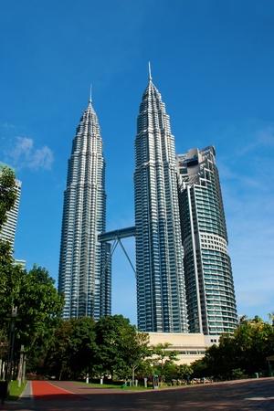 petronas: KUALA LUMPUR - el 28 de mayo: The Petronas Twin Towers (KLCC) el 28 de mayo de 2011, en Kuala Lumpur, Malasia fueron edificios m�s altos del mundo de 1998 a 2004, cuando su altura fue superado por Taipei 101.  Editorial