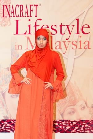 KUALA LUMPUR, 22 de noviembre: Modelos muestra de vestimenta islámica en la 3 ª INACRAFT Estilo de vida el 22 de noviembre de 2011 en Kuala Lumpur, Malasia. INACRAFT estilo de vida es la única exposición de artesanía de Indonesia en el extranjero.