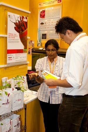 expositor: KUALA LUMPUR, 22 de noviembre: expositor no identificada que explica la CiliBangi una agricultura de productos biol�gicos para el inversor en el BioMalaysia 2011 Exposici�n el 22 de noviembre de 2011 en Kuala Lumpur, Malasia.