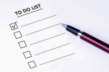 hacer: Tick ??colocado en primera casilla de verificación en la lista de tareas forma con un lápiz sobre fondo blanco aislado. encuesta concepto de negocio.