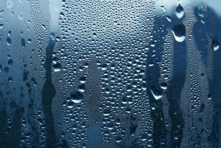 condensation: gotas de agua sobre vidrio