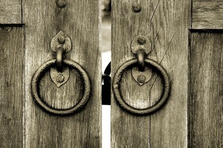 tocar la puerta: antigua puerta de madera