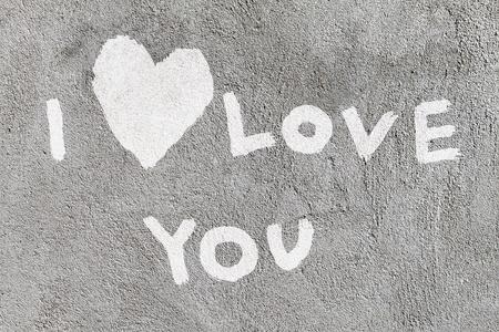 te quiero: inscripción Te quiero con el corazón abstracto sobre el muro de hormigón