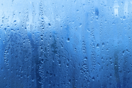 Hintergrund mit natürlichen Wassertropfen auf Glas Standard-Bild