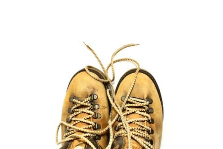 untied: Zapatos amarillos con cordones desatados en el fondo blanco Foto de archivo