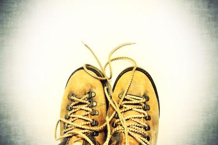 untied: Fondo de la vendimia zapatos amarillos con cordones desatados
