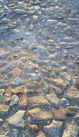 empedrado: La textura de la superficie de la carretera pavimentada con piedras en bruto