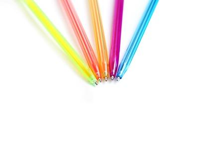 ball pens stationery: Cierre de lápices de colores sobre fondo blanco