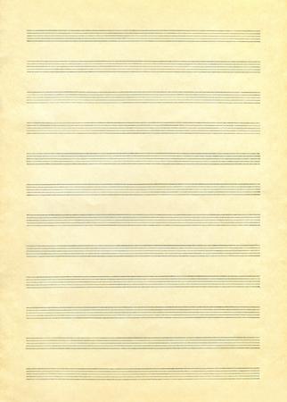 Ein leeres Notenblatt auf Vintage-Farbpapier bereit für die Komposition
