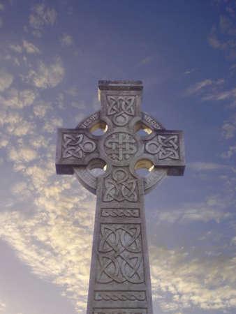 croce celtica: Scolpito croce celtica sera sotto il cielo nel cimitero Tullylish, Co. Down, Irlanda