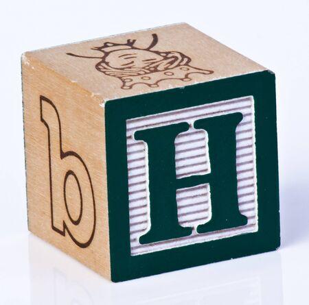 juguetes de madera: Carta de bloques de madera H Foto de archivo