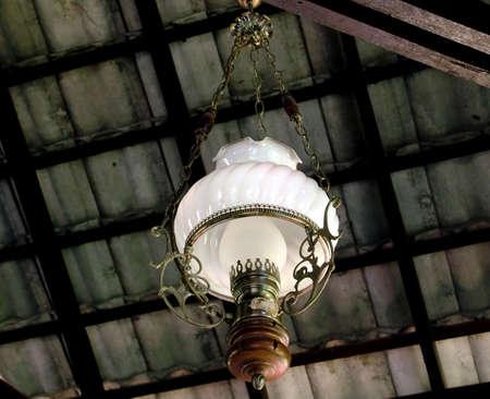electric fixture: luminose, bulbo, soffitto, lampadario, scuro, il design, vetro, appesa, al chiuso, interno, lampada, lampade, luce, illuminazione, luci, modello, giallo, astratto, architettura, sfondo, nero, candela, colore, buio, elettrica, energia elettrica, sera, apparecchio, bagliore, Ho