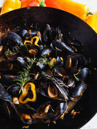 Delicious mussels cooked with peppers in wok Archivio Fotografico