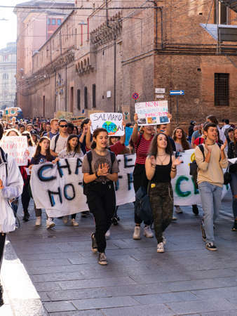 Students demonstrate for Earth and climate change in Italy Editoriali