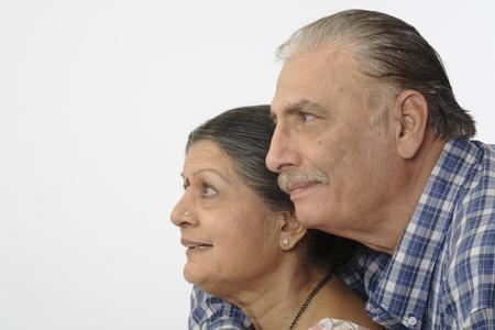 Vecchie coppie felici molto vicine tra loro e sorridenti