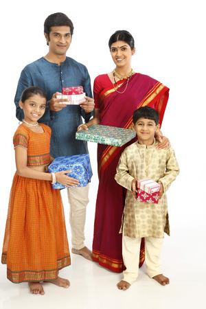 Familia de granjeros rurales ricos con cajas de regalo