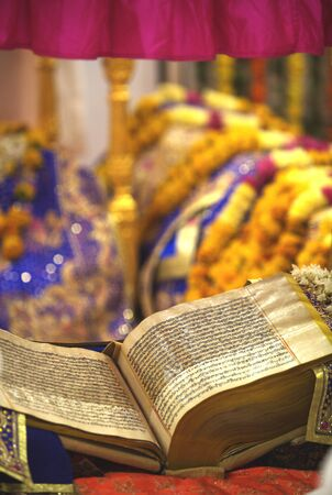 ナーンデード、マハラシュトラ州、インドの中に達人 Granth 紳士 gurudwara の神聖な本 写真素材 - 85792532