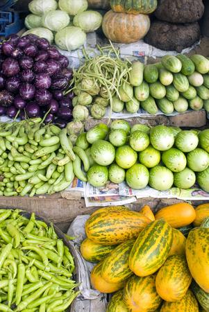 Verdure fresche per la vendita di cetriolo cavolo peperoncini melanzana, Sullia, Mangalore, Karnataka, India Archivio Fotografico - 86336052