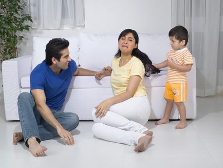 彼の母の髪を引っ張って赤ちゃん