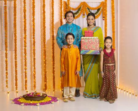 家族とギフト ボックスを保持している女性 写真素材