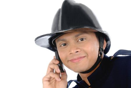 携帯電話で話している消防士
