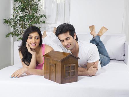 彼らの家の計画の夢を夢を見るカップル