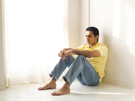 床に座る男