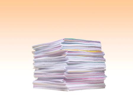 白い背景の上の紙のスタック