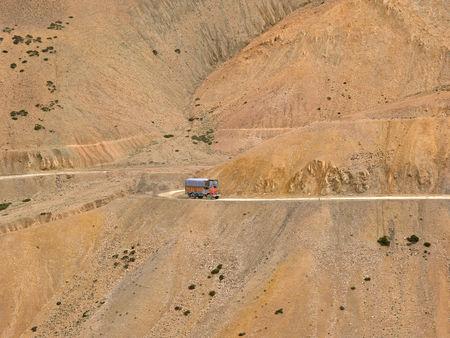 インド ・ ジャンムー ・ カシミール州、ラダック、スリナガル レー高速道路上のトラック