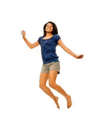 기쁨과 함께 점프 웃고 어린 소녀