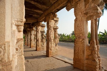 Chandikesvara 寺院、ハンピ、カルナータカ州、インドの装飾的な柱 写真素材