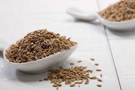 スプーンでクミンの種子