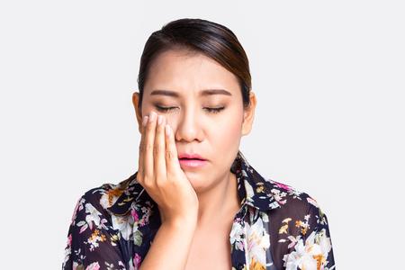 dolor de muela: hermosa mujer asiática que sufre de dolor de muelas en el fondo blanco