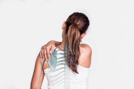 Mujer asiática con dolor de hombro y ver el hueso. Foto de archivo