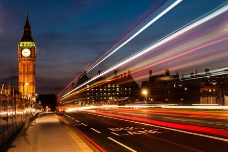 londre nuit: Big Ben, l'un des symboles les plus importants de Londres et l'Angleterre, comme le montre la nuit avec les phares des voitures qui passent